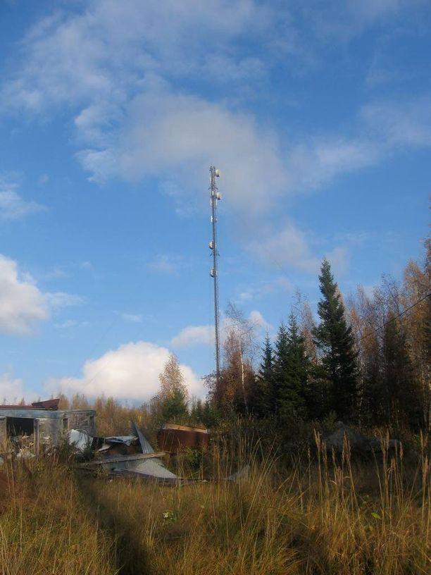 Hallin vieressä oleva masto välittää Suomen puolustuksen kannalta keskeistä tietoliikennettä.