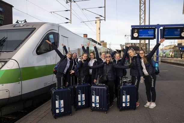 Tampereen Sisun Minetit lähti Titta Heikkilän johdolla keskiviikkona Tampereen rautatieasemalta kohti Brasilian Santosia. Siellä kilpaillaan kauden viimeinen maailmancupin kisa viikonloppuna.