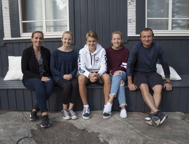 Jaanalla ja Jerellä on jo täysi-ikäiset kaksostytöt ja 15-vuotias poika.