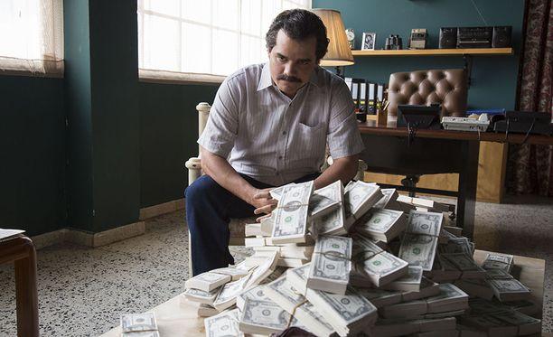 Pablo Escobarin elämästä kertovat Narcos-sarja ei kuvaa miehen elämää kiiltokuvamaisesti, vaan kaikki näytetään, huumemurhista alkaen.