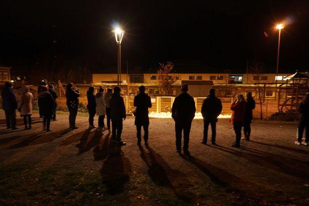 Vielä myöhään illalla paikalla oli lukuisia ihmisiä.