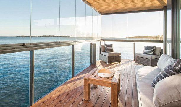 Asunnossa on kaksi isoa parveketta, joista aukeaa näkymä merelle.