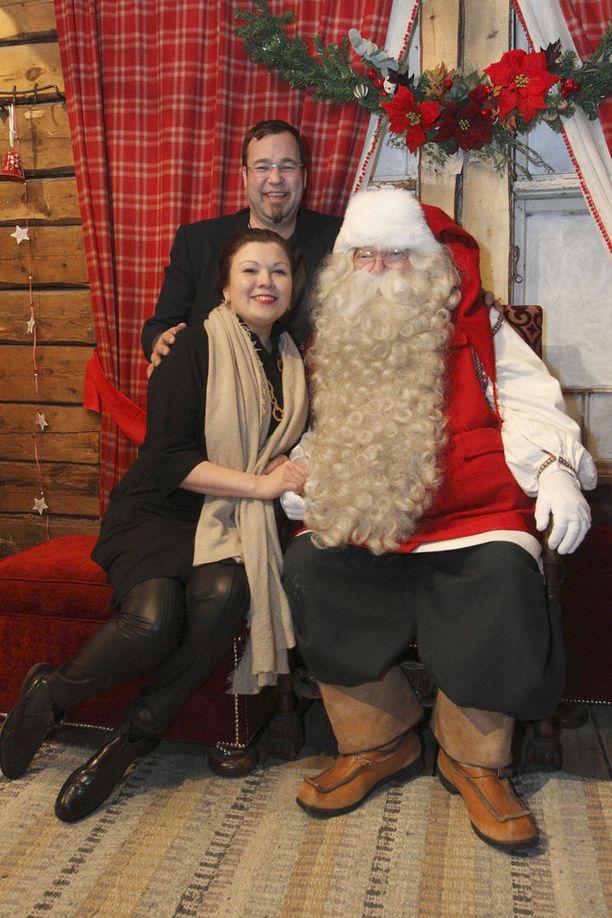 Kokoomuksen Lapin piirin toiminnanjohtajan pesti sai jäädä vuonna 2006, kun metsäinsinööri Ilkka Länkinen vaimonsa Katja Ikäheimo-Länkisen kanssa avasi Rovaniemellä metsän siimekseen jouluisen elämyskohteen ja joulupukin komentokeskus Joulukan.