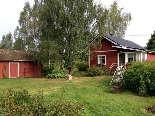 Eurajoen Kuivalahdella sijaiteva pieni talo on laajennettu vuonna 2002. 45-neliöinen hirsi/puutalo on rakennettu vuonna 1930. Talo on kaupan 49 500 euron hintaan.