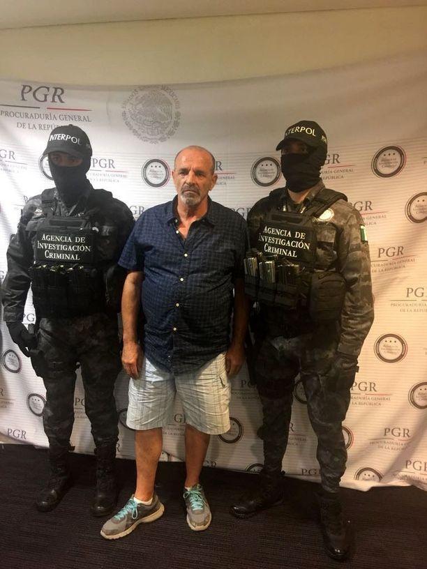 Italialaisgangsteri Giulio Perrone perjantaina Meksikossa ennen siirtoa Italiaan.