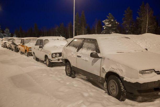 Venäjältä tulleiden turvapaikanhakijoiden kuljetukseen käytettyjä autonrotiskoja Sallan rajanylityspaikalla.