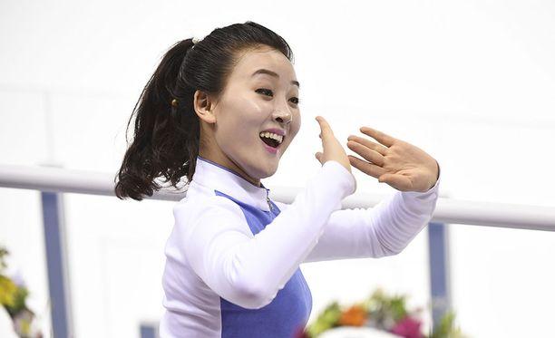 """Pohjois-Korean """"iloinen"""" tanssija """"nautti"""" maannaistensa jääkiekkoilusta Etelä-Korean olympiakisoissa."""