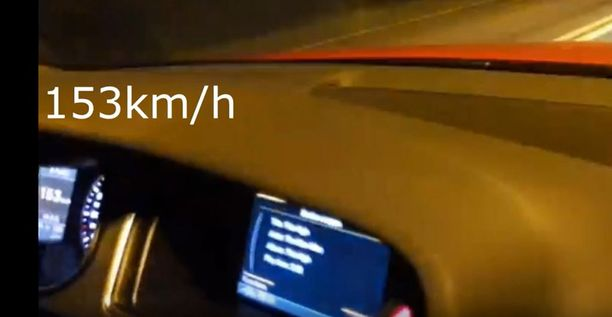 Videoilla kuvataan muun muassa nopeusmittaria, joka näyttää reippaita ylinopeuslukemia.