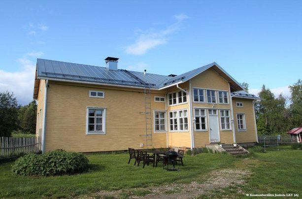 Haaveilevatko suomalaiset maalaisidyllistä? Tämä Rovaniemen Jaatilassa sijaitseva hirsirakennus on kiinnostanut asunnonetsijöitä.