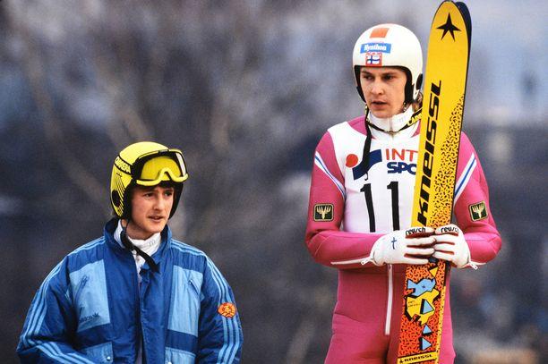 Tuttu näky 1980-luvulta: Jens Weissflog ja Matti Nykänen palkintopallilla.