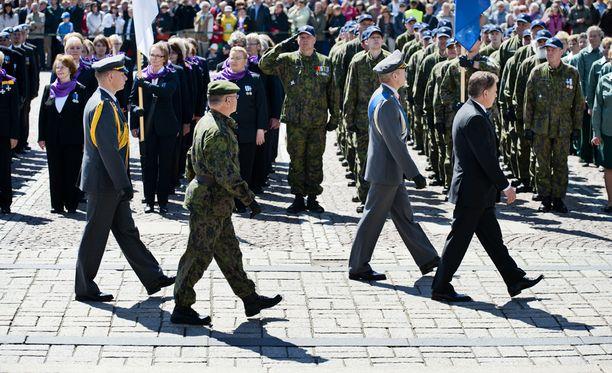 Presidentti Sauli Niinistö otti vastaan puolustusvoimain lippujuhlan päivän paraatin myös vuonna 2012.