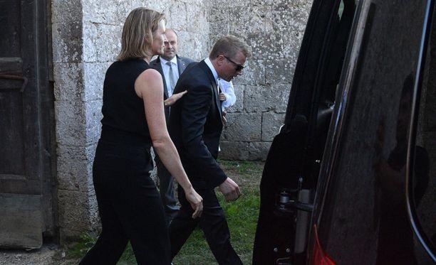 Kimi Räikkönen pysyi tyylilleen uskollisena ja saapui paikalle aurinkolasit päässään.