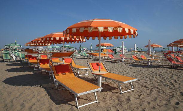 Puolalaisen pariskunnan loma sai järkyttävän käänteen, kun neljä nuorukaista joukkoraiskasi naisen ja pahoinpiteli tämän aviomiehen tajuttomaksi Italian Riminissä sijaitsevalla rannalla.