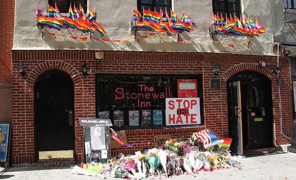 Stonewall Inn on osa Yhdysvaltain ensimmäistä kansallista muistomerkkiä seksuaalivähemmistöille. Kuuluisan homobaarin edustalla kunnioitettiin aiemmin tässä kuussa Orlandon iskun uhreja.