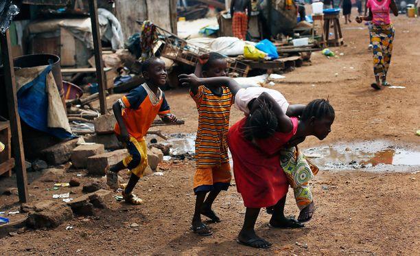 Guinealaislapsia leikkimässä viime marraskuussa.