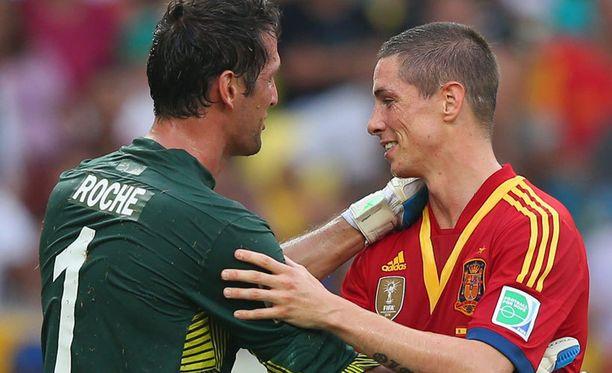 Tahitin maalivahti Mickael Roche ja Fernando Torres.