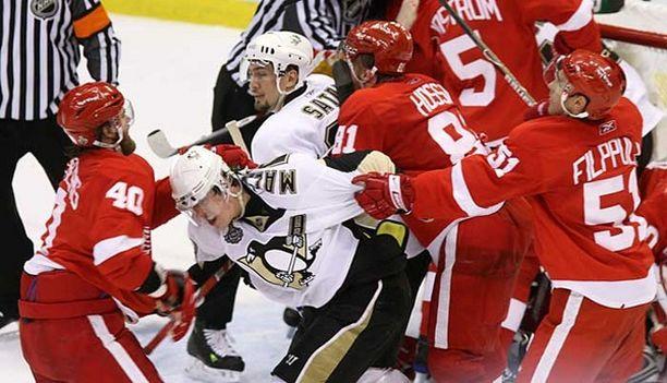 Detroitin Henrik Zetterberg (vas.) ja Penguinsin Jevgeni Malkin ottivat yhteen ottelun viimeisillä sekunneilla. Filppula yritti pitää Malkinia aisoissa.
