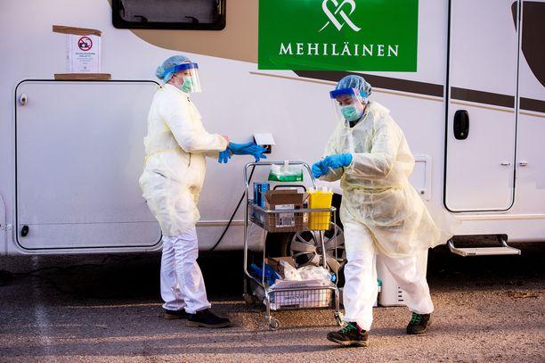 Espoossa koronatestejä on toteutettu myös liikkuvalla testiasemalla, josta testaajat käyvät ottamassa näytteen autoissaan odottavilta ihmisiltä. Suomikaan ei kuitenkaan testaa kaikkia epäiltyjä tapauksia.