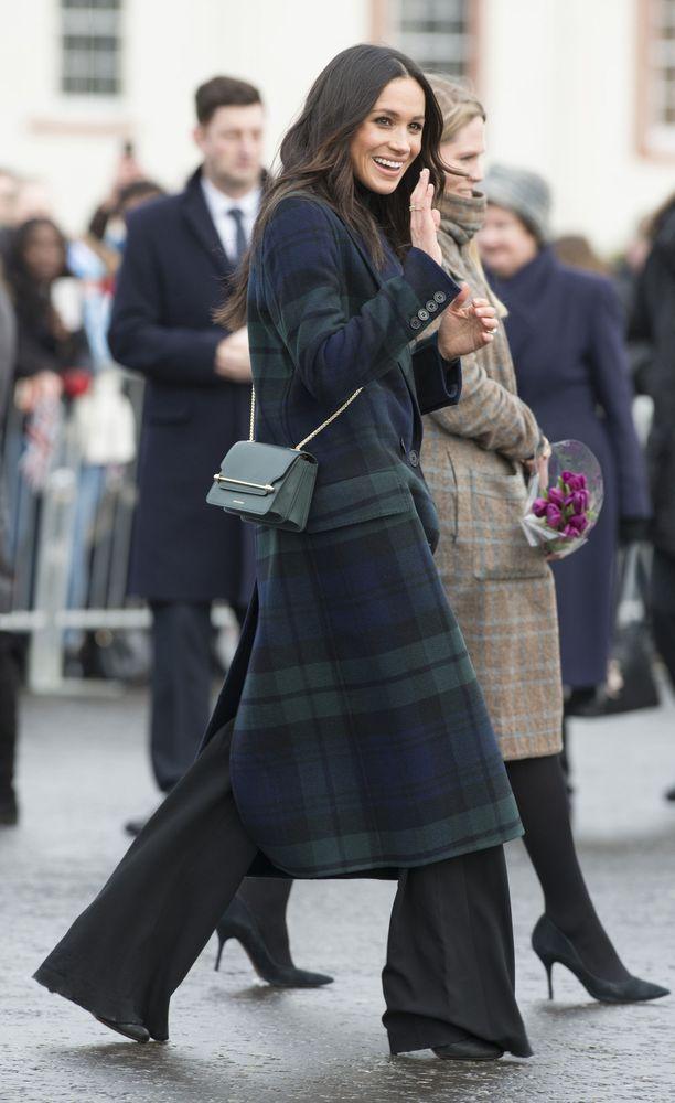 Ei vain helmoja! Skotlannissa Meghan edusti sopivasti tartan-kuosisessa ruututakissa. Pitkä takki ja leveälahkeiset housut ovat muodikas yhdistelmä, joka toimisi meillä taviksillakin.