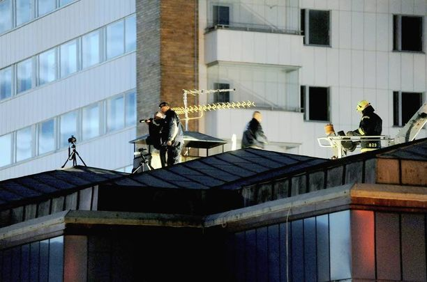 Poliisit järjestivät pari päivää tapahtuneen jälkeen rekonstruktion katolle, josta ammuskelu tapahtui Hyvinkään keskustassa.
