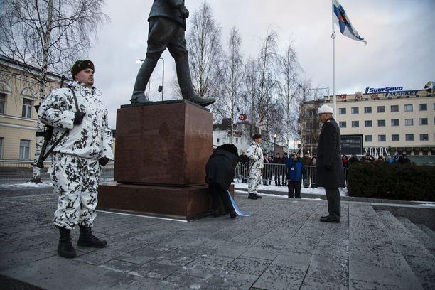 Seppele laskettiin Mikkelin torilla Päämajapatsaalle.