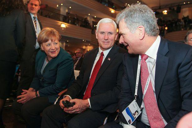 Merkel, Pence ja Niinistö juuri ennen Pencen puhetta lauantaina.