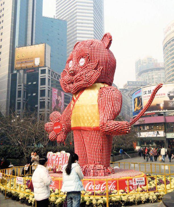 Tölkkikatti Ahkerat kiinalaiset rakensivat Chongqingissa virvoitusjuomatölkeistä valtavan kissapatsaan pian alkavan Tiikerin vuoden kunniaksi.