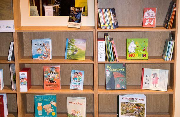 Kirjastosta löytyy myös muita suomalaisia kirjoja, kuten Muumeja.