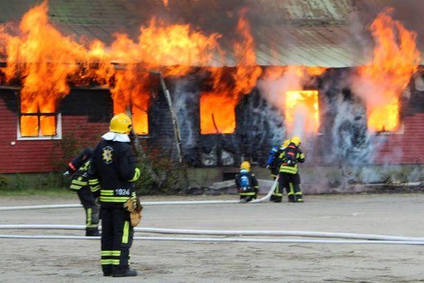 Palomiehiä uhkaavat monet vaarat. Kuva on Jyväskylän Viihdekeskuksen tulipalosta viime kesältä.