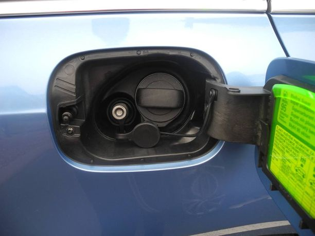 Kaksipolttoaineauton tankkausluukun alta löytyy suuaukot molemmille polttoaineille.