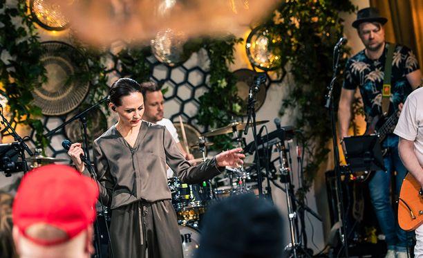 Terhi Kokkosen ja Kasmirin katseet kohtasivat esityksen aikana.