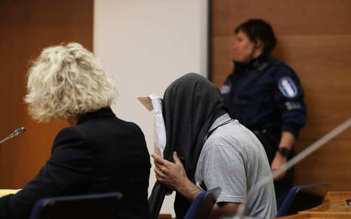 Mies surmasi ex-vaimonsa raa'asti vuosien perhehelvetin päätteeksi – peitteli kasvojaan paidalla oikeussaliin saapuessaan