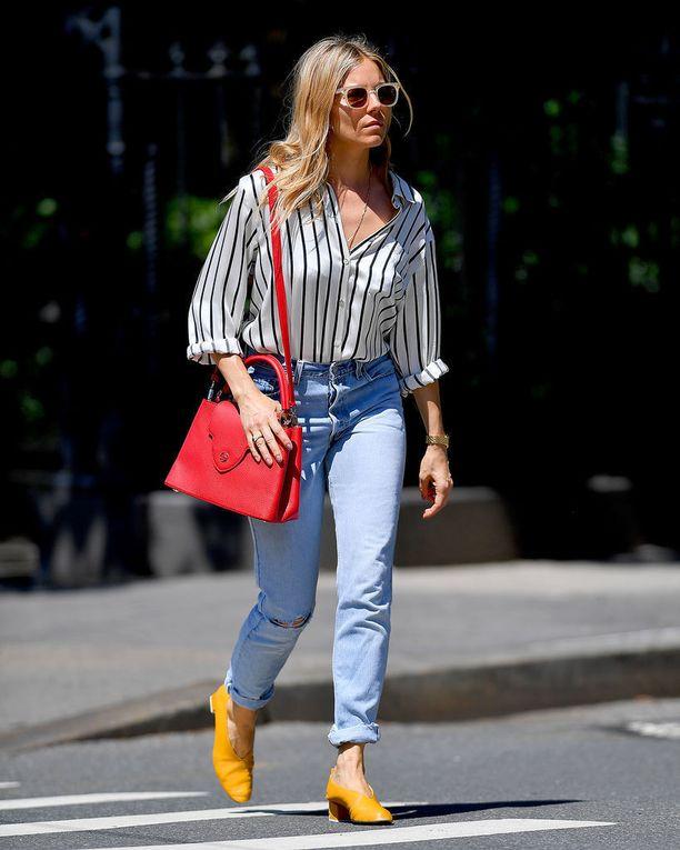 Näyttelijä Sienna Millerin lookiin voi samaistua. Raitapaita on täydellinen pari farkuille!