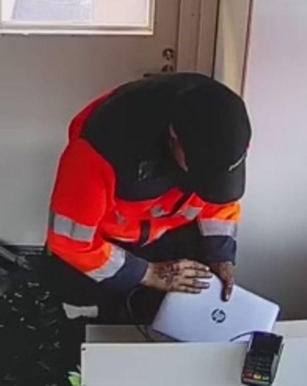 Katsastusyrityksestä varastettiin murron yhteydessä elektroniikkaa.