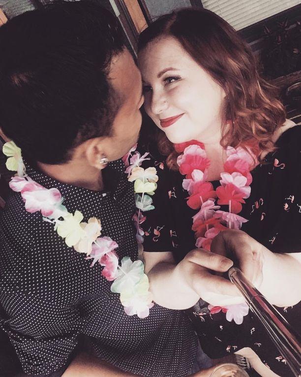 Sari Huuskonen ja Ravi Shrestha menivät naimisiin seurusteltuaan noin vuoden heinäkuussa 2016. Oikeus pitää avioliittoa lumeliittona, eikä ole myöntänyt siksi Shresthalle oleskelulupaa.