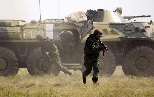 Länsimaat eivät luota siihen, että Venäjä vähentäisi sotilaallista toimintaa länsirajoillaan. Kuva Venäjän kansalliskaartin ja armeijan yhteisharjoituksesta heinäkuun lopulla.
