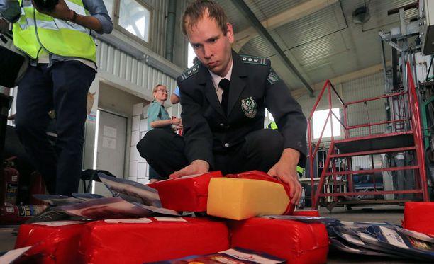 Venäjän viranomaisten keräämiä laittomia juustoja, jotka tuhotaan. Kuvan juustot eivät välttämättä liity jutun juustoliigaan.