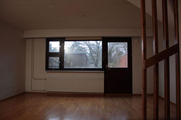 Tällaiseen asuntoon pariskunta asteli sisään. Kodin ilme on tunkkainen, eikä valonlähteitä juuri ole.