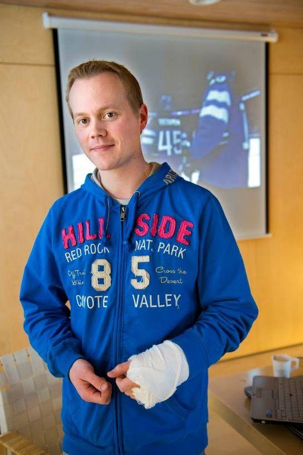 Timo Vartiainen teki läppäri edessään töitä lähes koko pelin ajan.