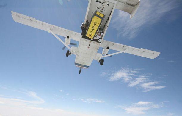 LENTOON! Anthony Martin pudotettiin 4,4 kilometrin korkeudesta lukittuna arkkuun.