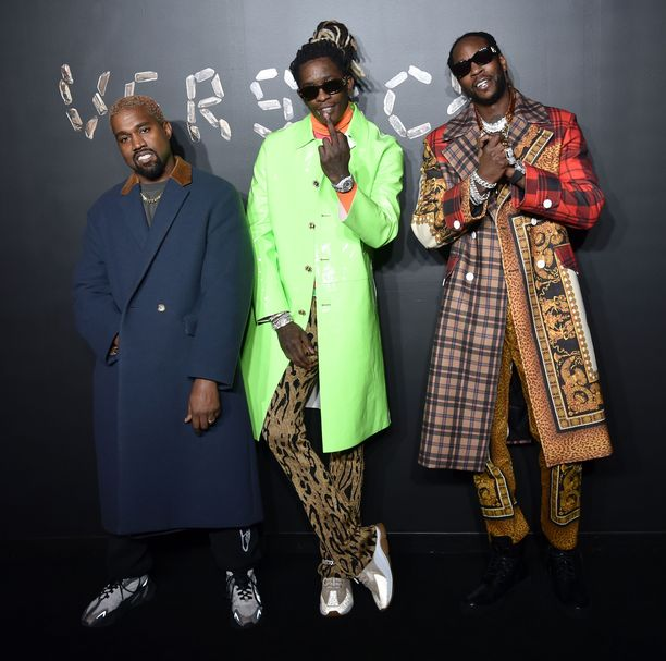 Rapparit Kanye West, 2 Chainz ja Young Thug Versacen AW19-näytöksessä.