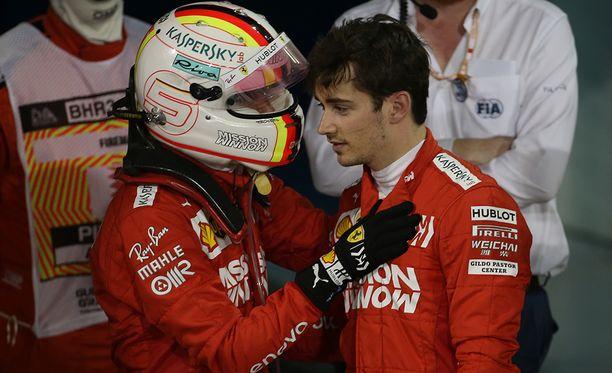 Sebastian Vettel lohdutti kisan jälkeen Charles Leclerciä.