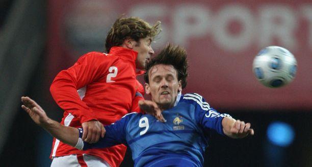 Steve Savidan (oik.) pelasi vielä viime syksynä Ranskan maajoukkueessa Uruguayta vastaan.
