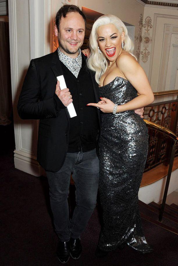 Vuoden asustesuunnittelija Nicholas Kirkwood ja Rita Ora.