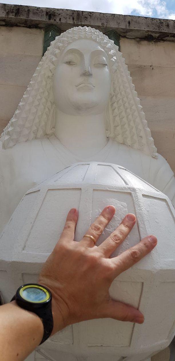 Bangkokin patsaat ovat huomattavasti suomalaisia Kivimiehiä pienempiä.
