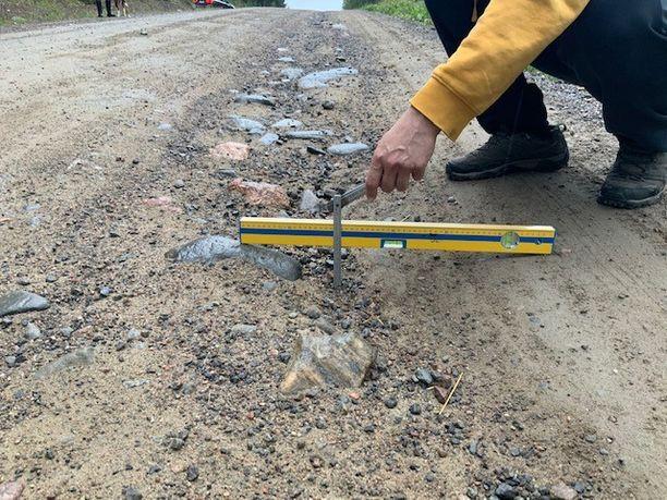 Tienpohjasta puskevat kivet rikkovat autoja Etelä-Savossa. Ongelma on laaja.
