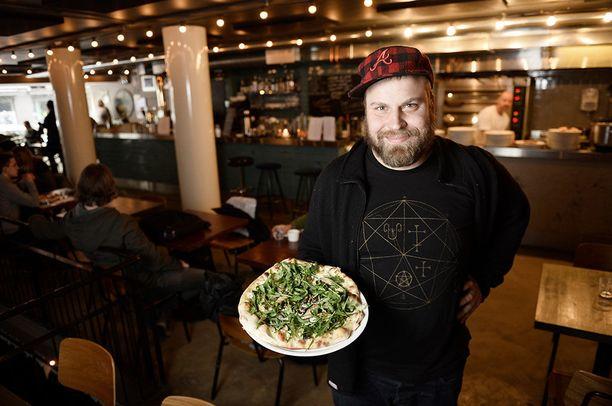 Antto Melasniemi, mies ravintolan takana, esittelee Putte'sin valikoimaa. Kuvan pizza ei ole suosittu salamipizza.