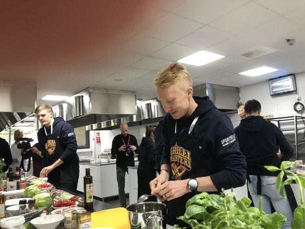 Mårten Boström kokkailemassa Lidlin urheilijatiimin tapaamisessa maanantaina.