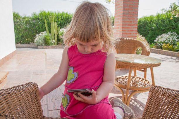 Kännykänkäyttö koukuttaa hyvinkin pieniä lapsia.
