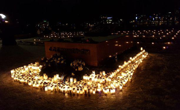 Marsalkka Mannerheimin haudalle oli tuotu lukuisia kynttilöitä